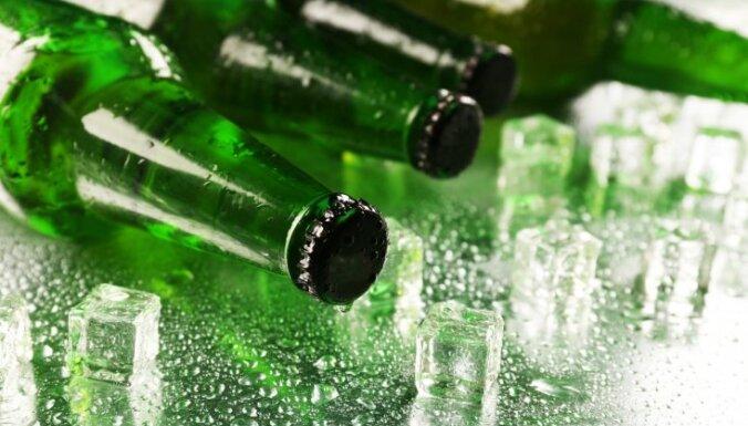 С 1 января на части Латвии отменят запрет на пребывание в общественном месте с открытой алкогольной тарой