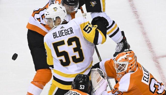 Bļugera pārstāvētā 'Penguins' zaudē pirmajā NHL spēlē pēc ilga pārtraukuma