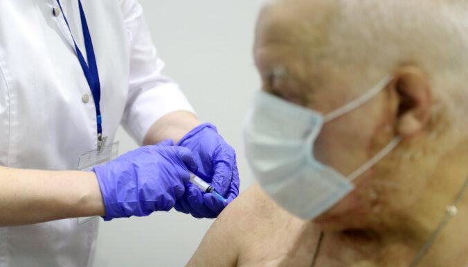 В Латвии первую вакцину получили 35 000 человек старше 70 лет