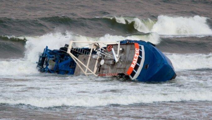 Pie Francijas krastiem pēc sadursmes ar tankeri nogrimis neliels kravas kuģis