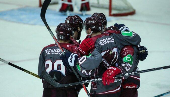 Latvijas hokeja izlasei uzvaru papildlaikā atkal izrauj talantīgais Smirnovs