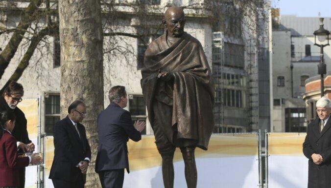 """Махатма Ганди практиковал """"проверки на целомудрие"""" с обнаженными женщинами"""