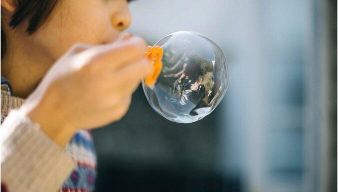 Četras idejas, kā vasarīgi izklaidēt bērnus mājās