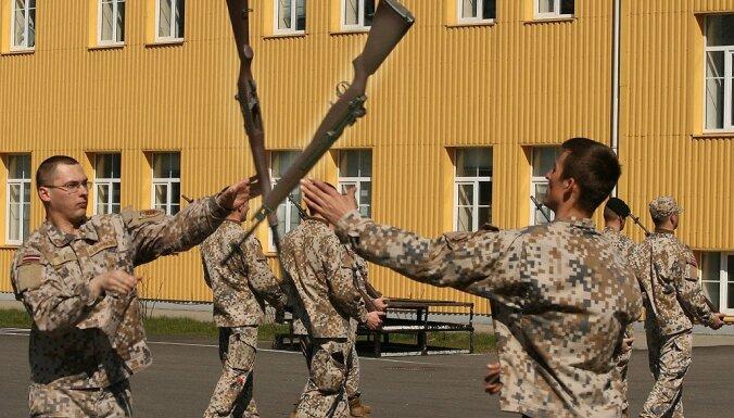 Vēsturiski foto: Štāba bataljona karavīri trenējas sardzei pie Brīvības pieminekļa