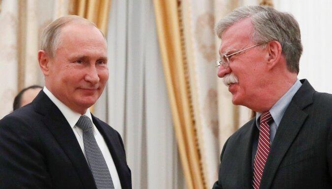 Raķešu likvidēšanas līgums ir novecojis, Putinam paziņo Boltons