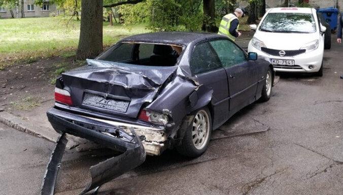 Foto: Autovadītājs Rīgā pametis savu BMW pēc sadursmes ar citu auto