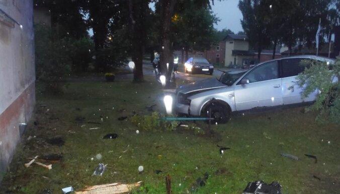 ФОТО: Трагическая авария в Цесисе - погибли двое молодых людей