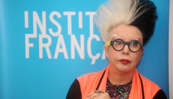 Franču māksliniece ORLAN savā izstādē veidojusi filmu no otra gala