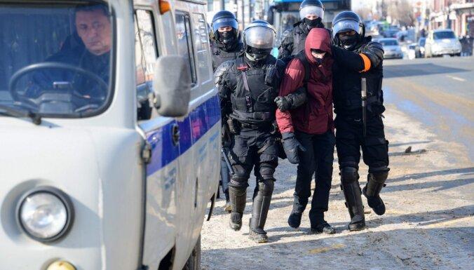 Video: Kā Vladivostokā policija pratina protestu dalībnieku