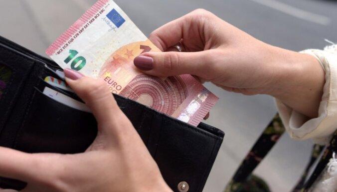 ЕК рекомендует Латвии снизить налоговое бремя на получателей низких доходов