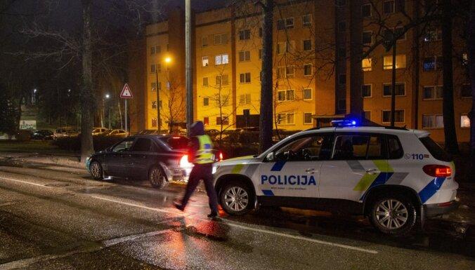 Par policijas auto nodedzināšanu Daugavpilī aizturēti divi vīrieši
