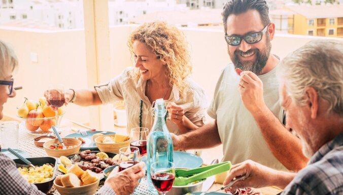 Sarežģītas attiecības ar partnera ģimeni. Kāpēc un kā to risināt