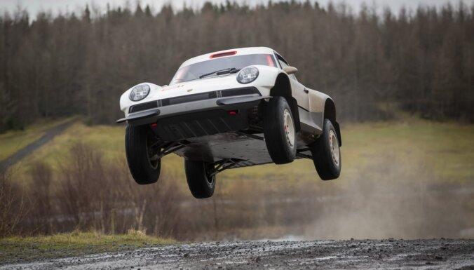 'Porsche 911' pārbūvēts nopietnai bezceļu braukšanai