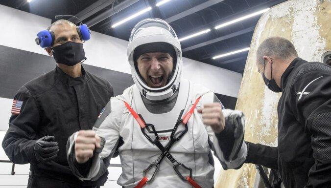 'SpaceX' kosmosa kuģis ar četriem astronautiem veiksmīgi atgriezies uz Zemes