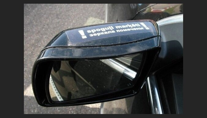 Jelgavā vairākām automašīnām ļaundari nozog spoguļus