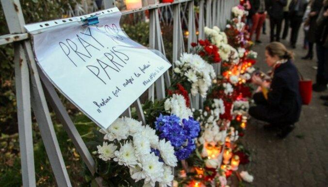 ФОТО: латвийцы провели акцию солидарности у посольства Франции