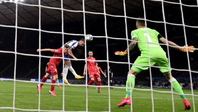 Berlīnes derbijā 'Union' salūst otrā puslaika sākumā un piekāpjas 'Hertha'