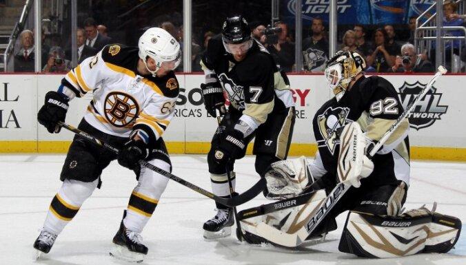 'Bruins' NHL pusfinālā izcīna graujošu uzvaru pār 'Penguins'