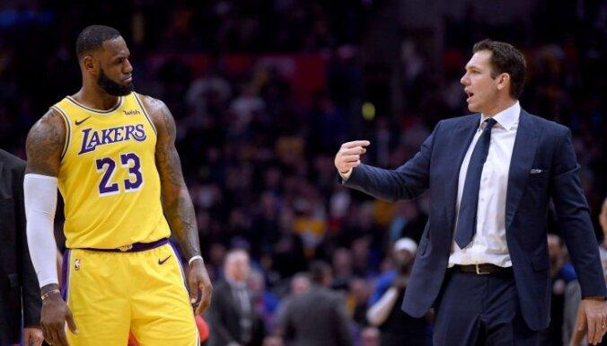 Losandželosas 'Lakers' pārtraukusi sadarbību ar galveno treneri Lūku Voltonu
