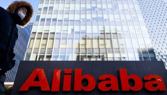 """Ķīnas regulators piespriež """"Alibaba"""" 18,2 miljardu juaņu naudassodu par monopoldarbības noteikumu pārkāpšanu"""