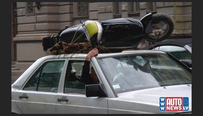 На крыше легковушки перевозили мотороллер