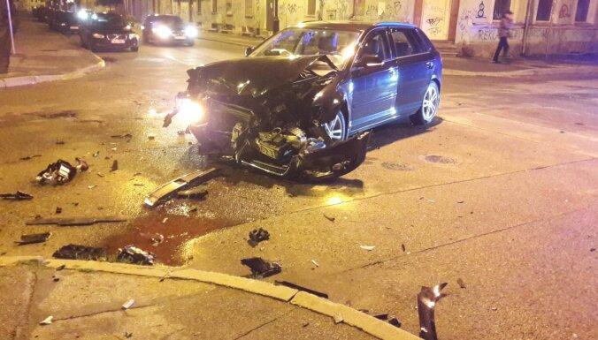 ФОТО: Серьезная авария на перекрестке улиц Красотаю и Артилерияс