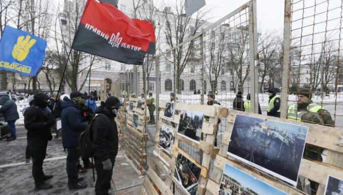 Киев: полиция не пустила россиян голосовать на выборах, около посольства зажгли файеры