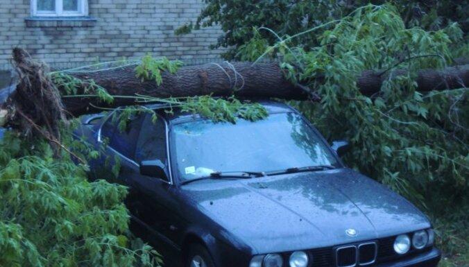 Spēcīgs negaiss Daugavpilī gāž kokus un appludina ielas