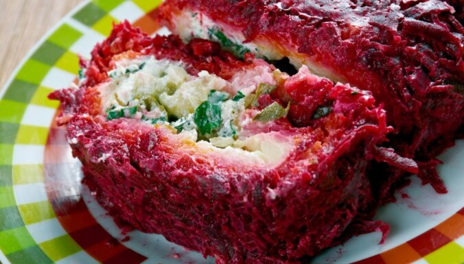 """""""Шуба"""" без селедки – салат-рулет для праздничного стола"""