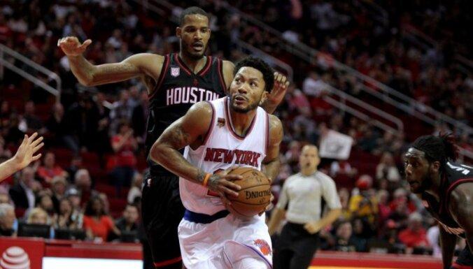 Porziņģis traumas dēļ izlaiž pirmo spēli šosezon; 'Knicks' piekāpjas 'Rockets'