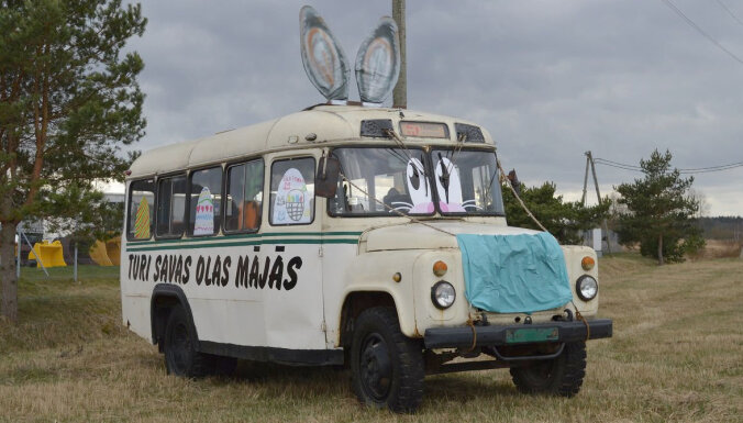 ФОТО: На Лиепайском шоссе стоит советский автобус в виде пасхального зайца