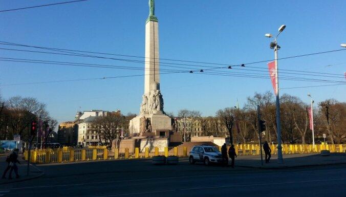 ФОТО: Возле памятника Свободы установили ограждение