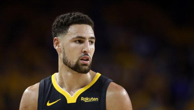 'Warriors' zvaigzne Tompsons savainojuma dēļ izlaidīs vēl vienu sezonu