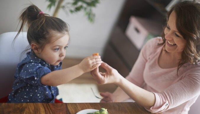 Septiņi 'droši' veidi, kā bērnam radīt ēšanas traucējumus