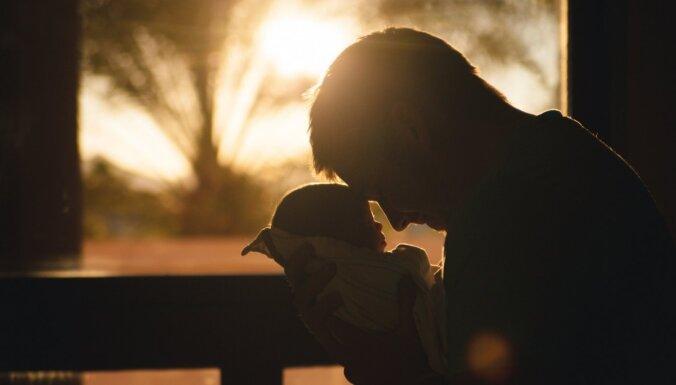 Latvijas tēvi bērna kopšanas atvaļinājumā: jau nākamgad ieviesīs otram vecākam nenododamo kvotu