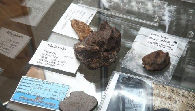Foto: Rīgā atklāts unikāls apskates objekts - Mazais meteorītu muzejs