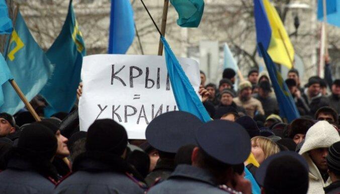Krimas tatāri dedzina Krievijas karogu un ielaužas parlamentā