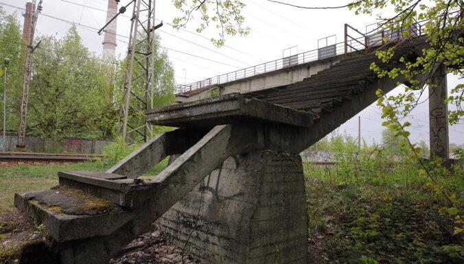 """ФОТО: """"Люди рискуют жизнью и идут по рельсам"""". В Засулауксе разваливается пешеходный мост"""