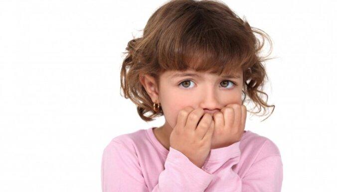 Cīņa ar bērnu kaitīgajiem ieradumiem – nagu graušanu, matu tīšanu, kauliņu krakšķināšanu
