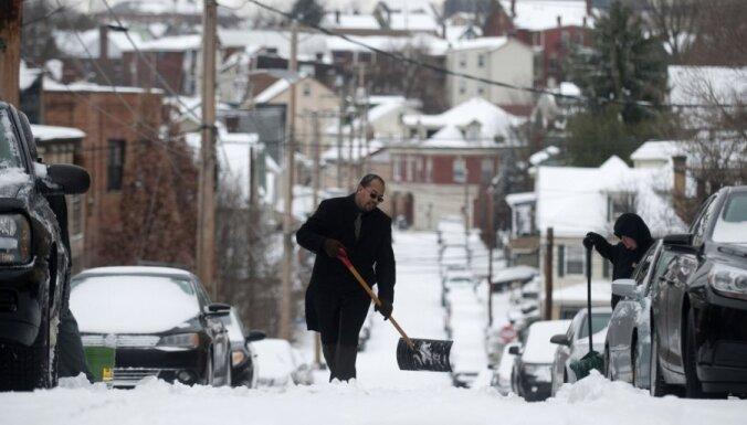 ASV sniega vētrā vairāk nekā 20 bojāgājušo, miljoni palikuši bez elektrības