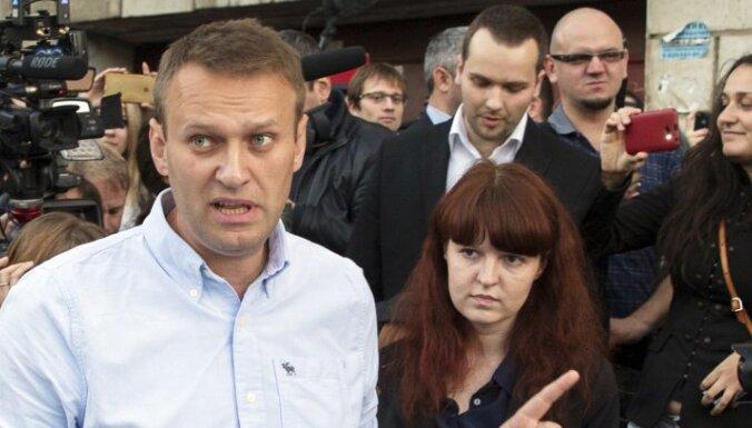 Пресс-секретаря Навального арестовали на 25 суток за два твита