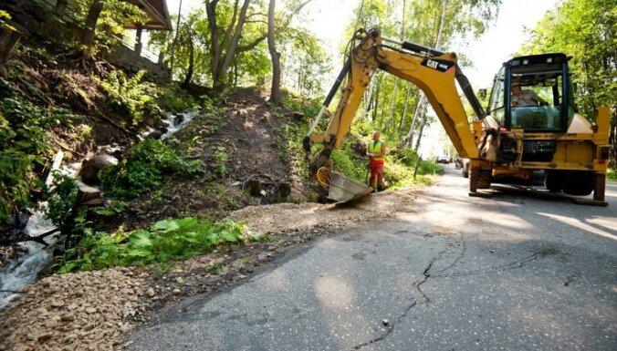 Foto: Steidz remontēt lietavu sabojāto ceļu Siguldā