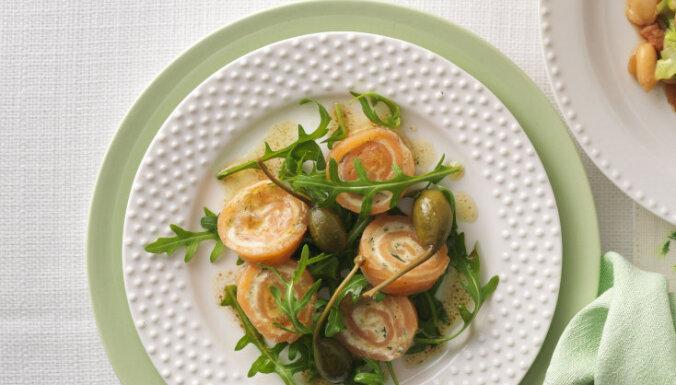 Rukolas salāti ar laša ruleti un kaperiem