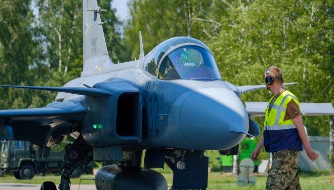 Foto: Lietuvā dislocētie ungāri atrāda Baltijas debesu sargus 'Saab'