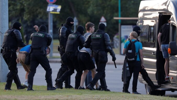 Третий день протестов в Беларуси: резиновые пули и баррикады из мусорников