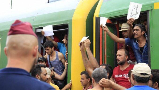 Migranti atsakās izkāpt no vilciena pie bēgļu nometnes Ungārijā; domāja, ka brauc uz Austriju