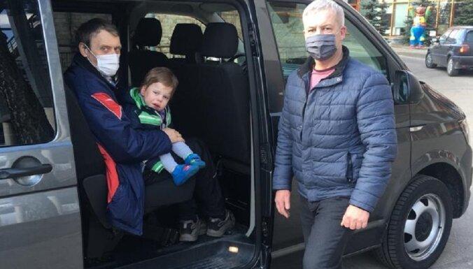 Aizkustinoša pieredze par šoferiem un slimajiem bērniem, kurus nogādā mājās