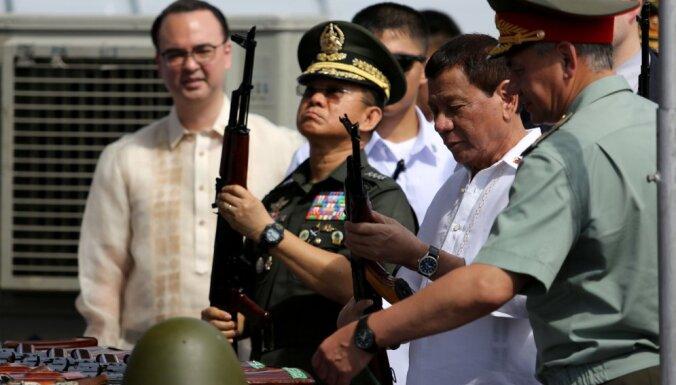 Krievija filipīniešiem dāvina tūkstošiem kalašņikovu un 20 auto