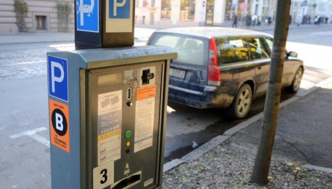 Министерство: цены на парковку в Риге необоснованно завышены