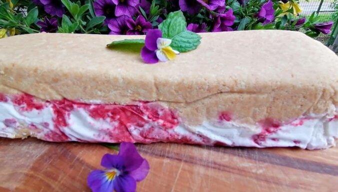 TIkai četras sastāvdaļas: Saldējuma kūka ar zemenēm un 'Selgas' cepumiem